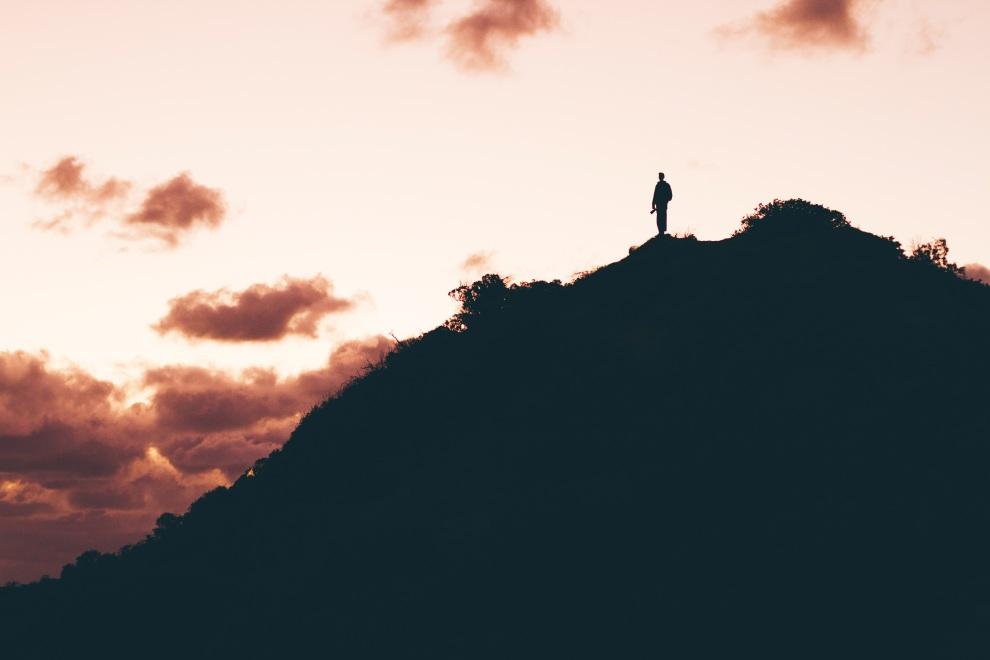 mountain-silhouette-gu...an-people-923550